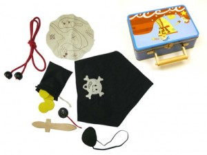 pirate-play-set-in-tin-suitcase-detail